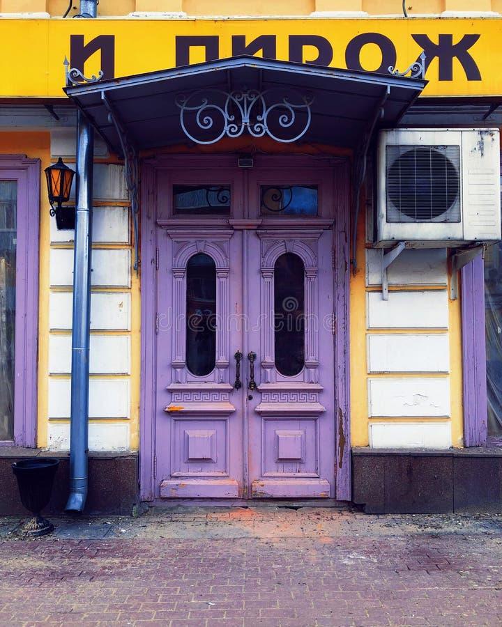 Vista delantera violeta antigua de las puertas fotografía de archivo