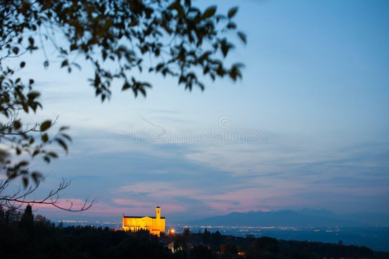 Vista dell'abbazia di San Giusto alla notte in Volterra, Italia fotografia stock libera da diritti