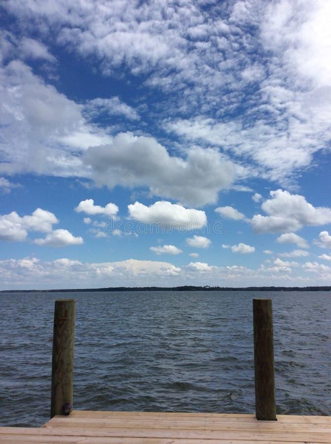 Vista dell'acqua del cielo blu del bacino della baia di Chesapeake immagini stock libere da diritti
