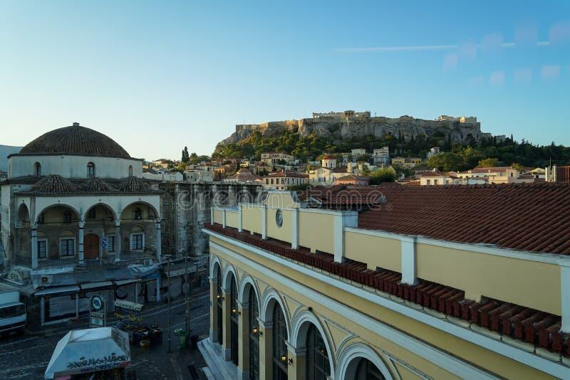 Vista dell'acropoli dalla stazione della metropolitana di Monastiraki attraverso le vecchie costruzioni della città e moschea di  immagine stock
