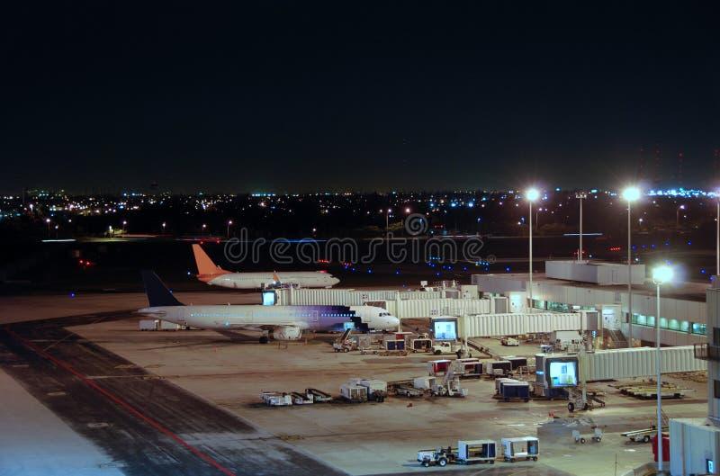 Vista dell'aeroporto alla notte fotografie stock