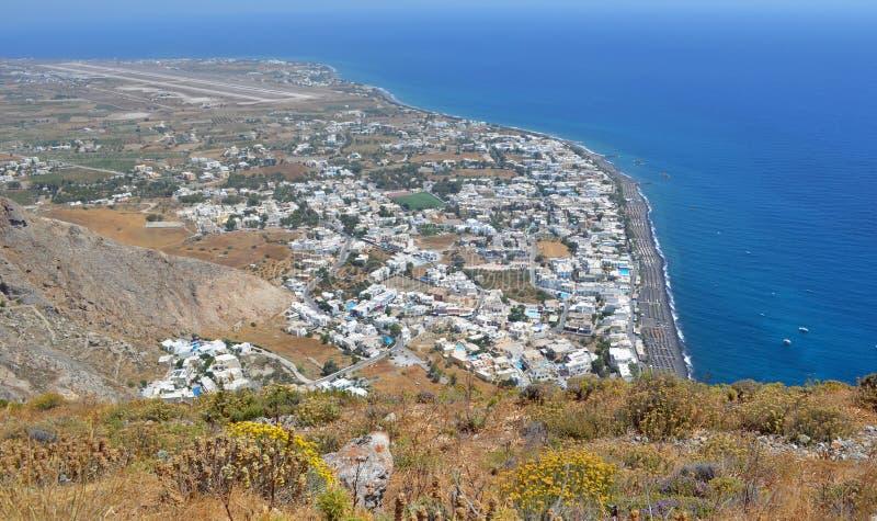 Vista dell'aeroporto di Santorini e di Kamari preso da sopra fotografie stock