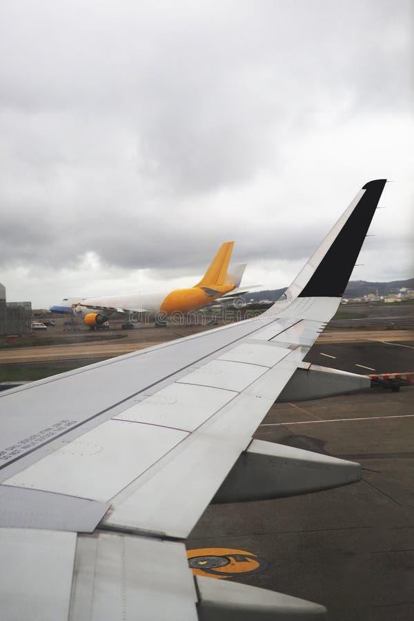 Vista dell'ala dell'aeroplano dall'interno dell'aeroplano immagine stock