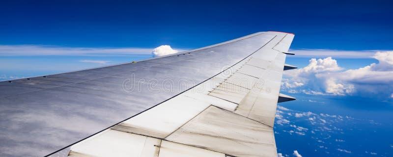 Vista dell'ala di un aeroplano attraverso la finestra immagine stock libera da diritti
