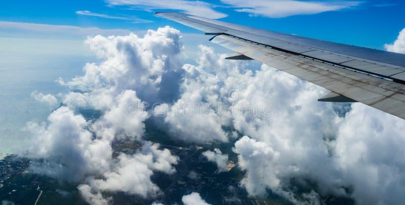 Vista dell'ala di un aeroplano attraverso la finestra fotografia stock