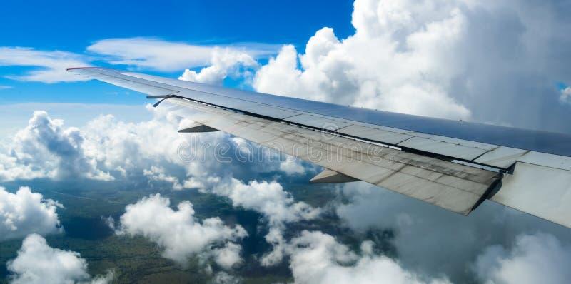 Vista dell'ala di un aeroplano attraverso la finestra fotografia stock libera da diritti