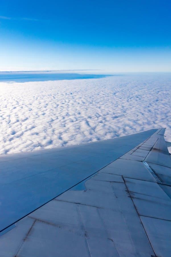 Vista dell'ala di un aeroplano attraverso la finestra immagini stock