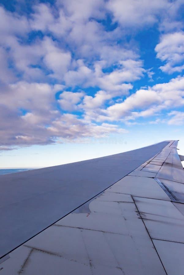 Vista dell'ala di un aeroplano attraverso la finestra fotografie stock libere da diritti