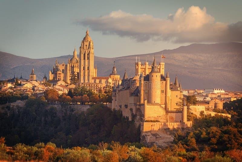 Vista dell'alcazar e della cattedrale di Segovia L'alcazar è una fortificazione di pietra medievale e la cattedrale è l'ultimo go immagine stock libera da diritti