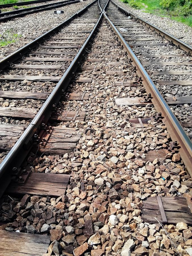 Vista dell'angolo alto dei binari ferroviari che incroci immagini stock libere da diritti