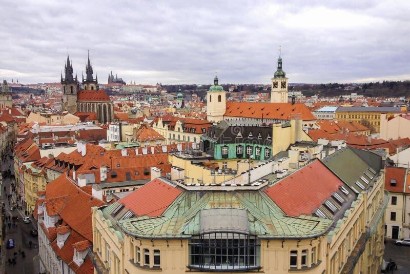 Vista dell'angolo alto del centro storico di Praga fotografie stock libere da diritti