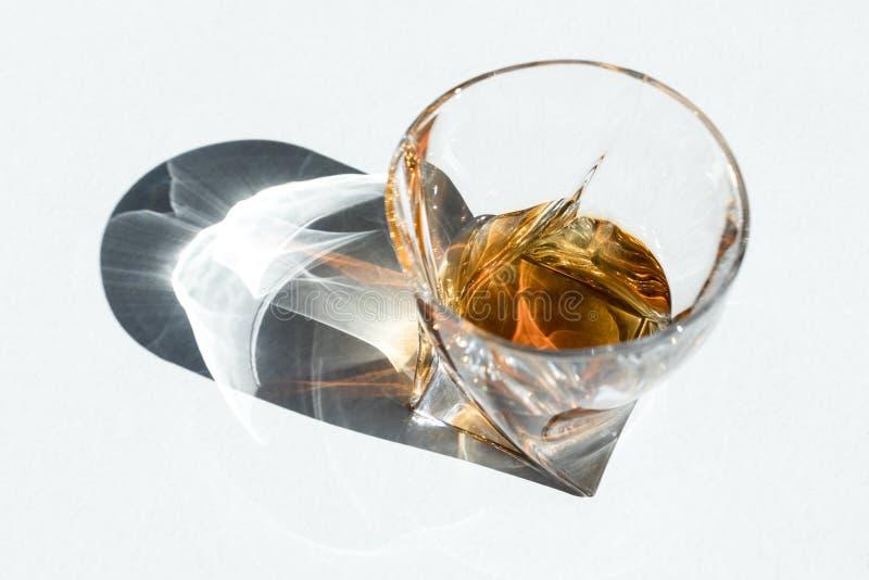 vista dell'angolo alto del cognac di lusso in vetro fotografie stock