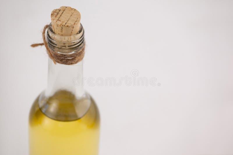Vista dell'angolo alto della bottiglia di olio d'oliva con sughero fotografia stock libera da diritti