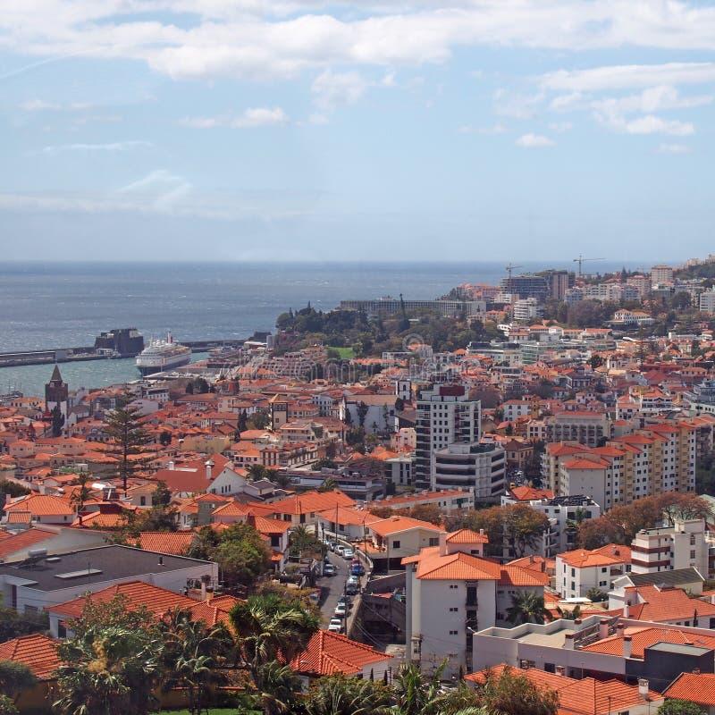 Vista dell'angolo alto della città di Funchal in Madera con il porto ed il mare nella distanza fotografia stock
