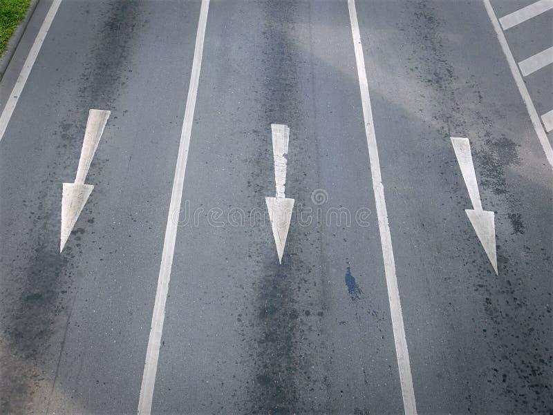 Vista dell'angolo alto delle frecce di traffico su tre vicoli fotografia stock
