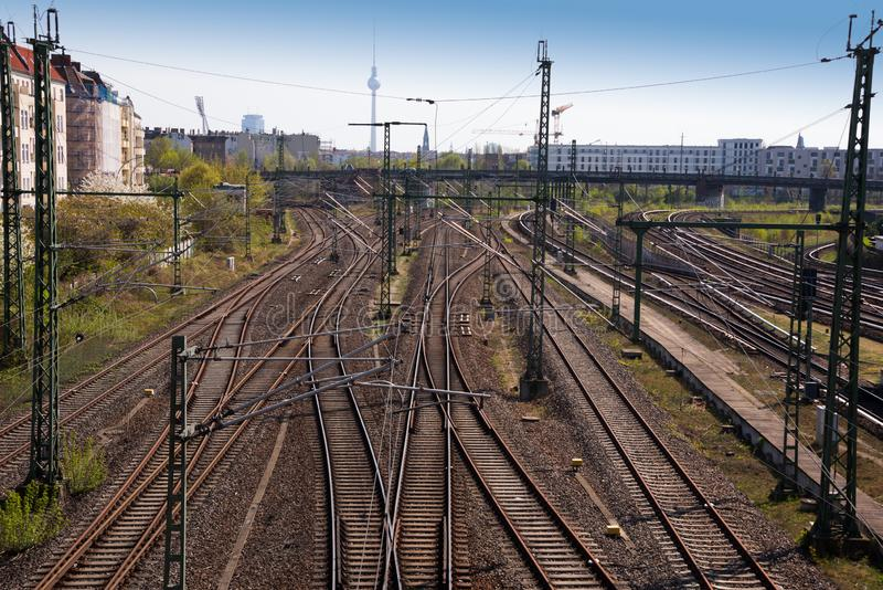 Vista dell'angolo alto delle strade ferrate in Germania - ferrovie multiple che convergono e che retrocedono nella distanza fotografia stock