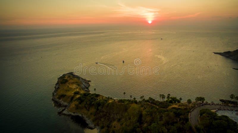 Vista dell'angolo alto di bello tramonto al phomthep phuket del laem del sud della Tailandia fotografia stock libera da diritti