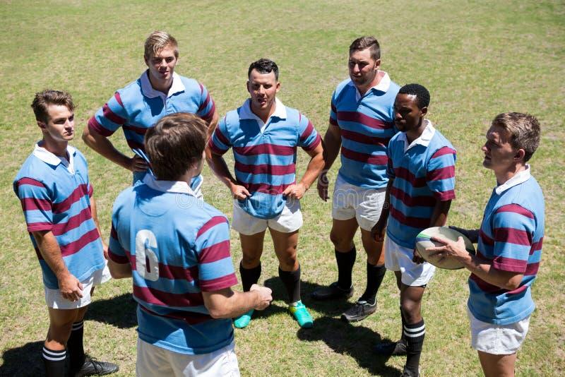 Vista dell'angolo alto di discussione del gruppo di rugby immagine stock