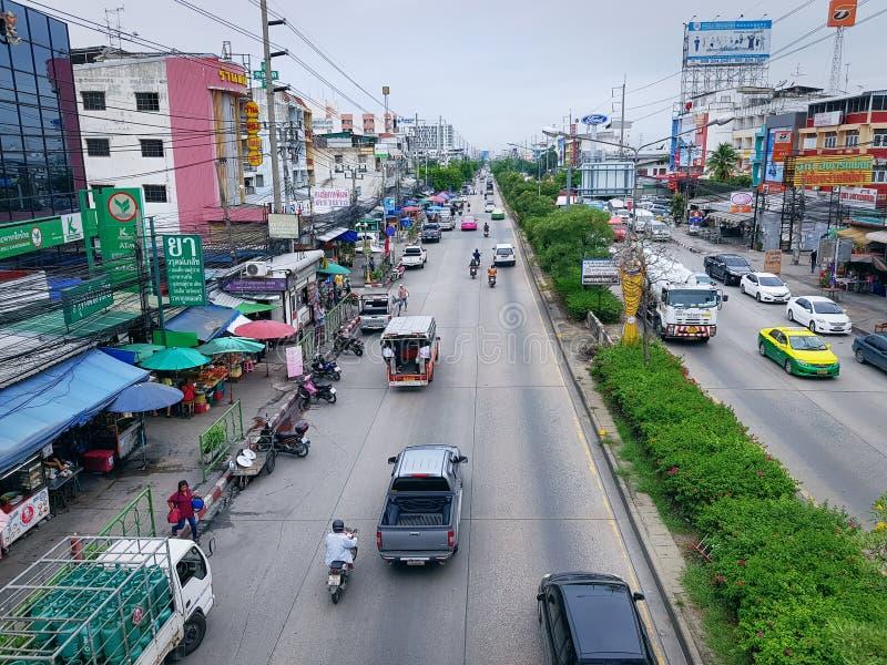 Vista dell'angolo alto di traffico sulla strada di Thepharak in Samut Prakarn, Tailandia immagini stock