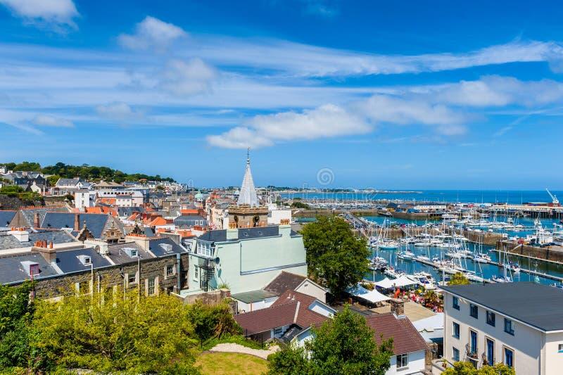 Vista dell'angolo alto sopra il san Peter Port Guernsey fotografie stock libere da diritti