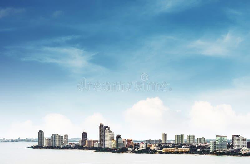 Vista dell'angolo alto sopra la città di Pattaya con chiaro cielo blu, punto di riferimento in città orientale della Tailandia fotografie stock