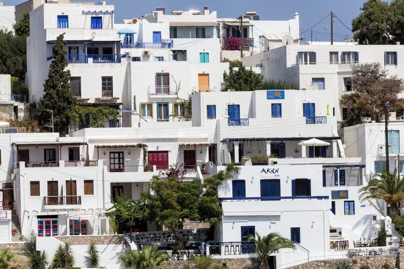 Vista dell'architettura dell'isola greca tipica i di Adamas Plaka fotografie stock