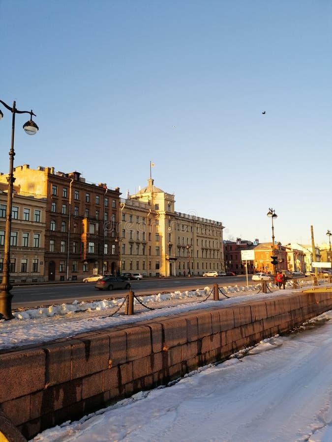 Vista dell'argine congelato del fiume di Neva nell'inverno 2019 immagine stock