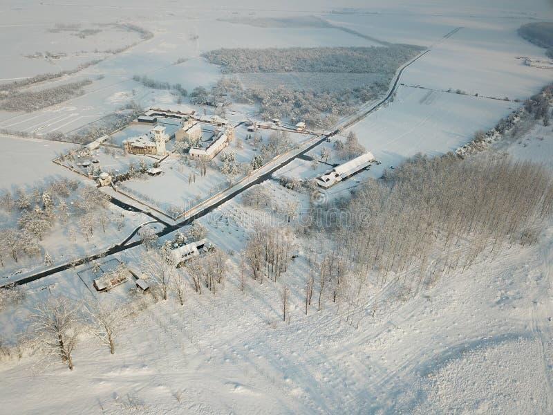 Vista dell'aria al monastero ortodosso serbo di Kovilj nell'inverno fotografia stock