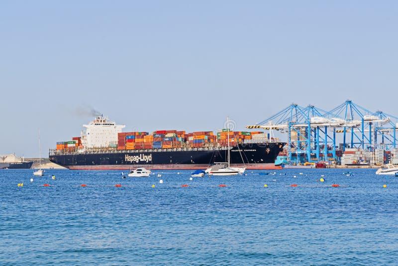 Vista dell'arrivo della nave porta-container al terminale del porto franco di Malta fotografia stock libera da diritti