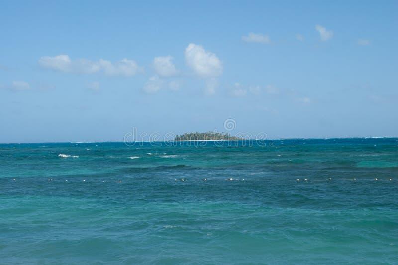 Vista dell'atollo di Johnny Cay da San Andres, Colombia fotografie stock libere da diritti