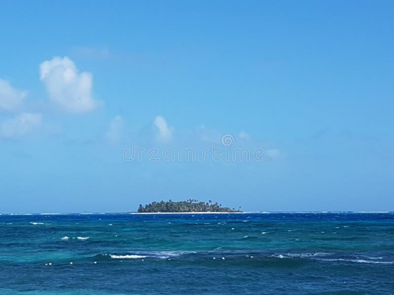 Vista dell'atollo di Johnny Cay da San Andres, Colombia immagini stock libere da diritti