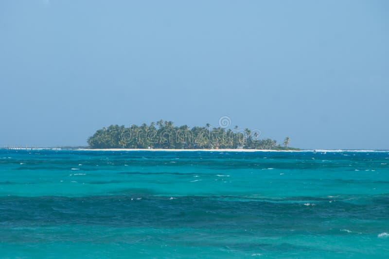 Vista dell'atollo di Johnny Cay da San Andres, Colombia fotografia stock libera da diritti
