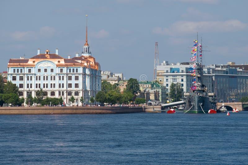 Vista dell'aurora dell'incrociatore e della costruzione della scuola del cadetto di Nakhimov St Petersburg fotografia stock