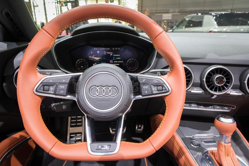 Vista dell'autista di nuovo interno dell'automobile sportiva di Audi TT al salone dell'automobile di Parigi fotografia stock