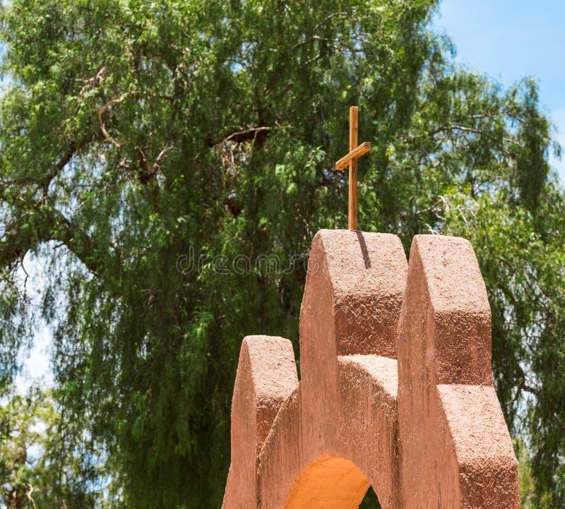 Vista dell'incrocio cattolico nella chiesa in San Pedro de Atacama, Cile Con il fuoco selettivo fotografia stock