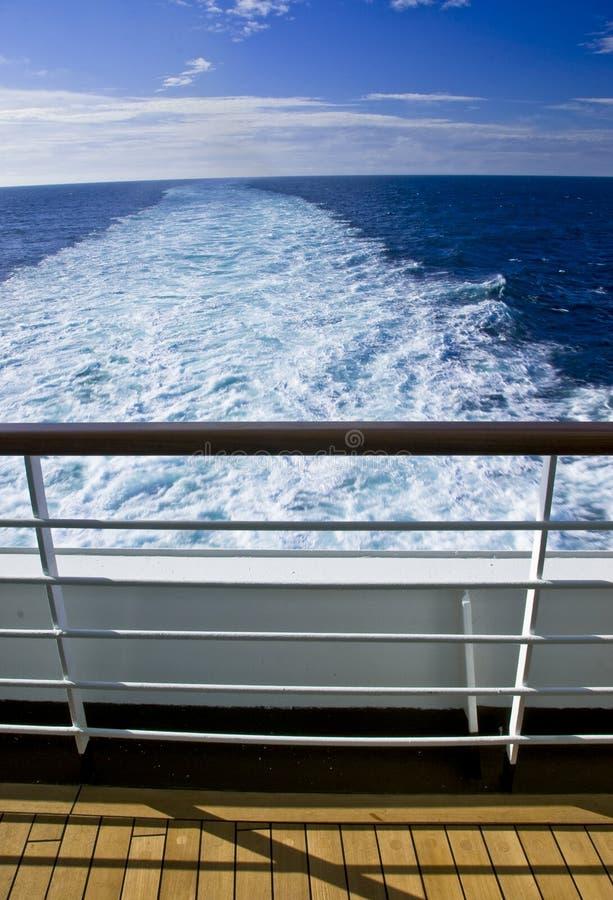 Vista dell'inferriata della piattaforma della nave da crociera fotografia stock