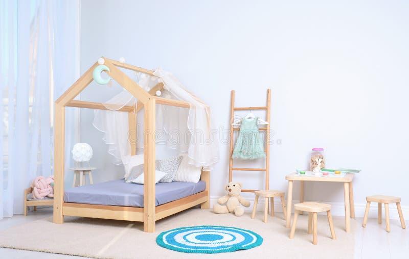 Vista dell'interno accogliente della stanza del bambino fotografie stock libere da diritti