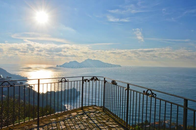 Vista dell'isola di Capri sulle coste italiane fotografia stock