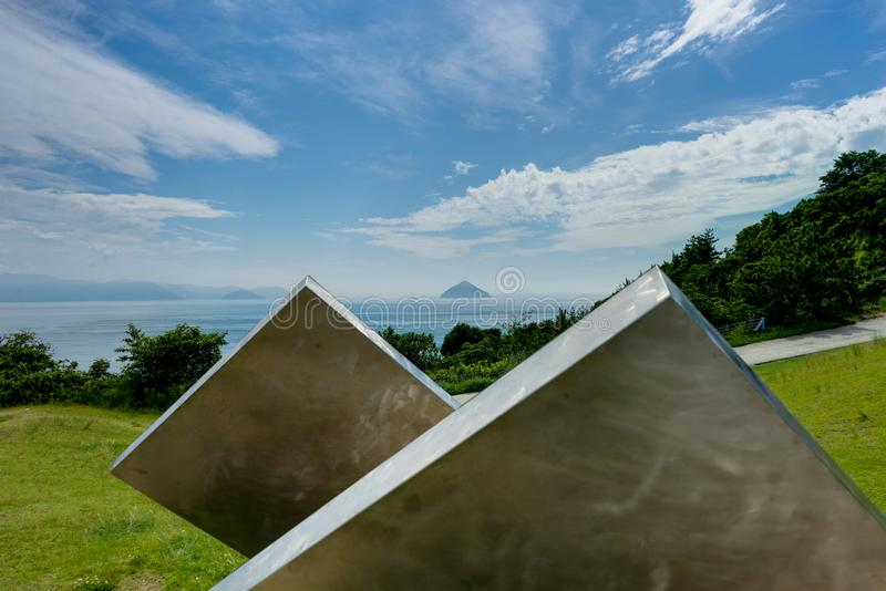 Vista dell'isola di Naoshima verso l'oceano con le nuvole e cielo e parti anteriori immagine stock