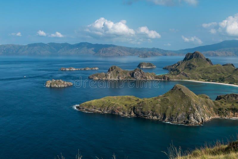 Vista dell'isola di Padar e dell'oceano circostante nel parco nazionale di Komodo, Indonesia - una destinazione turistica popolar fotografia stock libera da diritti