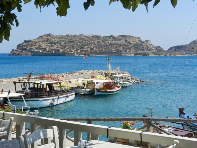 Vista dell'isola di Spinalonga da Plaka, Creta fotografia stock
