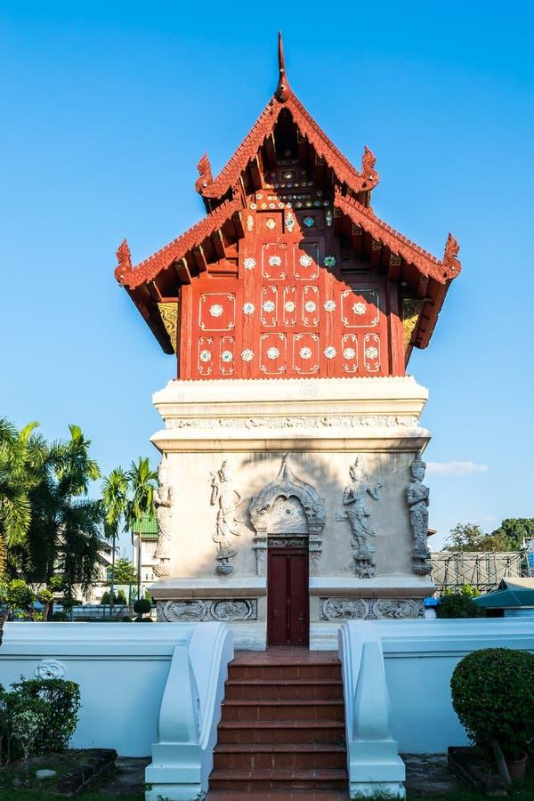 Vista dell'la costruzione rossa in Wat Phra Singh, il punto di riferimento popolare del tempio in Chiang Mai, Tailandia fotografie stock