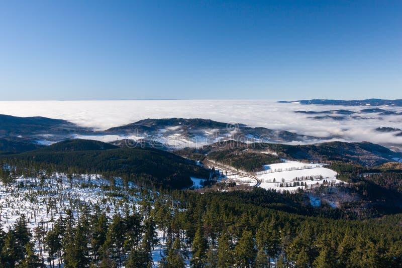 Vista dell'nuvole basse sulla cresta della montagna di inverno fotografia stock