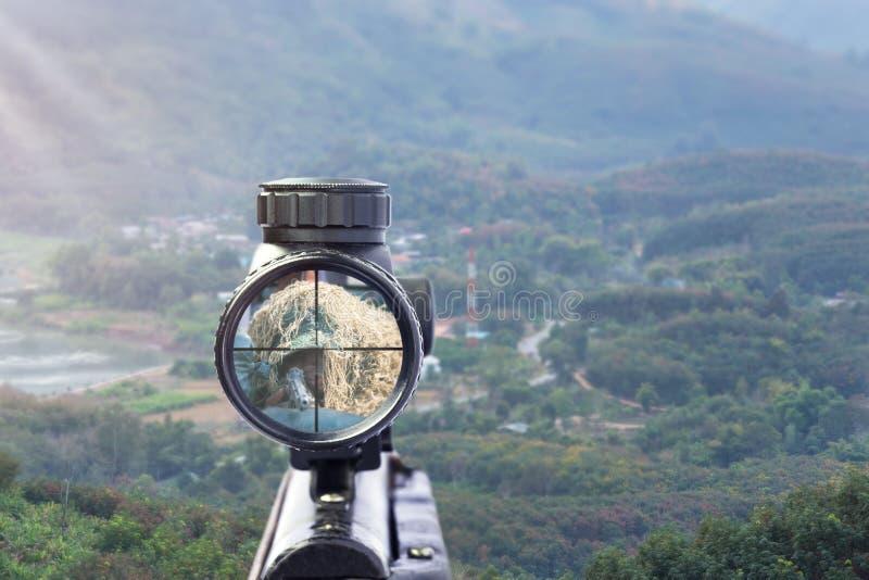 Vista dell'obiettivo del fucile su sfondo naturale fotografia stock libera da diritti