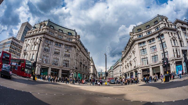 Vista dell'occhio di pesce del circo di Oxford a Londra a tempo di punta con traffico ed i clienti di automobile fotografia stock