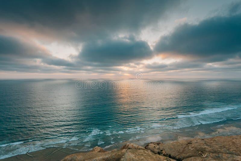 Vista dell'oceano Pacifico al tramonto da Torrey Pines State Reserve a San Diego, California fotografia stock libera da diritti