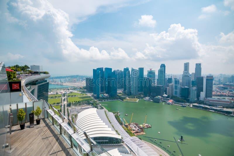 Vista dell'orizzonte del centro direzionale dalla piattaforma di osservazione del parco del cielo a Marina Bay Sands Hotel fotografia stock libera da diritti