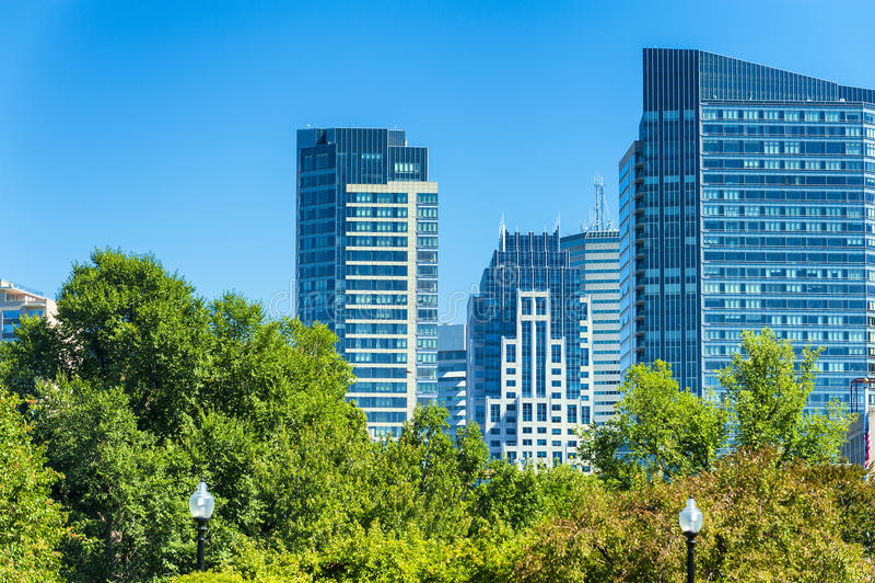 Vista dell'orizzonte del ` s di Boston dai giardini pubblici immagine stock