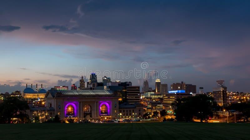 Vista dell'orizzonte della città della stazione del sindacato e di Kansas City del centro Missouri fotografie stock libere da diritti