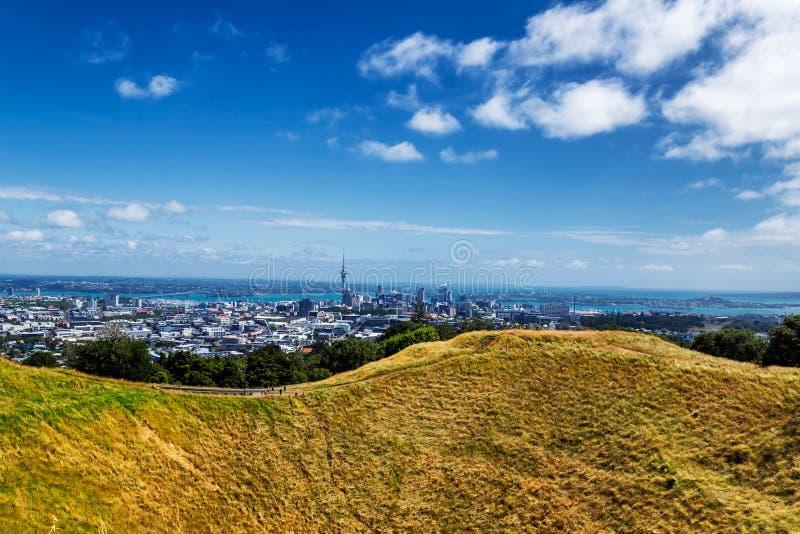 Vista dell'orizzonte della città di Auckland e cratere del vulcano del supporto l'Eden fotografie stock libere da diritti